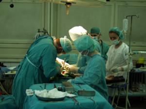 Ärzte bei Operation